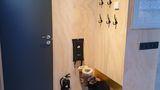 Välkomnande hall med ingång till badrum.jpg