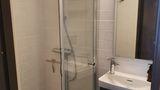 Litet men välplanerat badrum med dusch.jpg